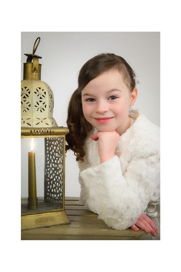 fotografia de estúdio menina de comunhão com vela