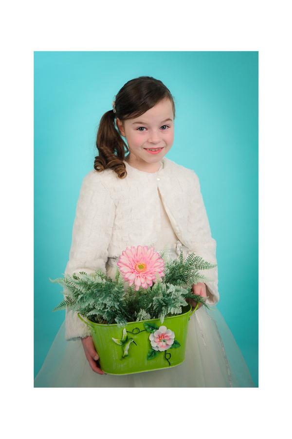 fotografia de estúdio menina de  comunhão com flores