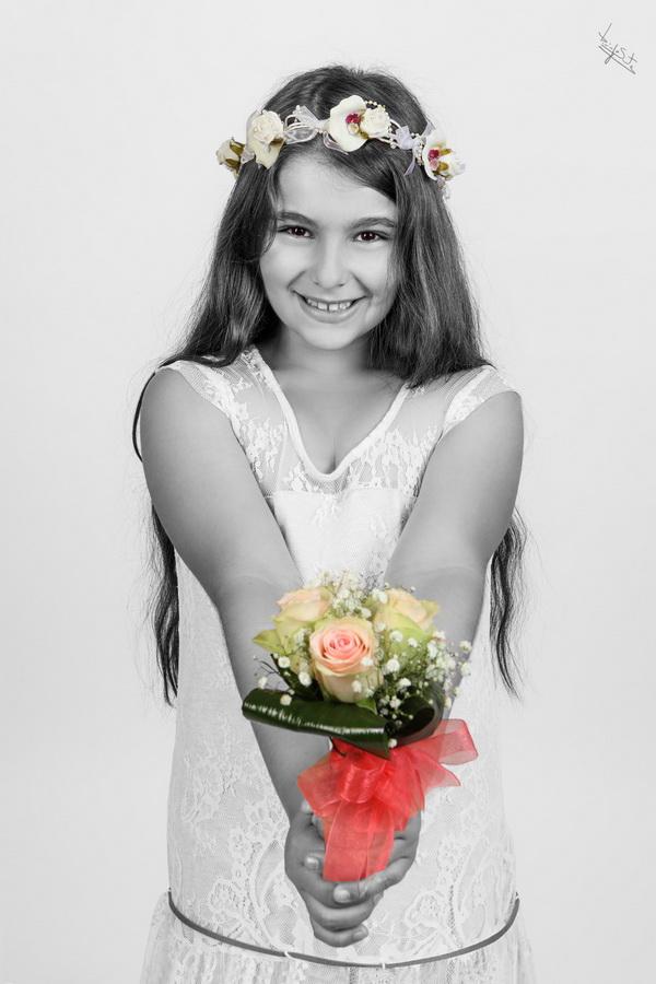 fotografia de estúdio menina de comunhão flores