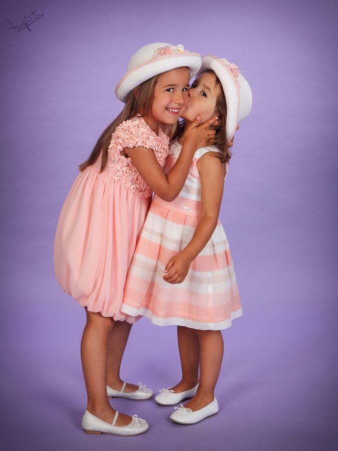 fotografia de estúdio irmãs a dar beijo