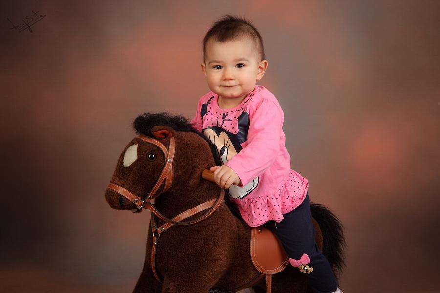 fotografia de estúdio menina a cavalo