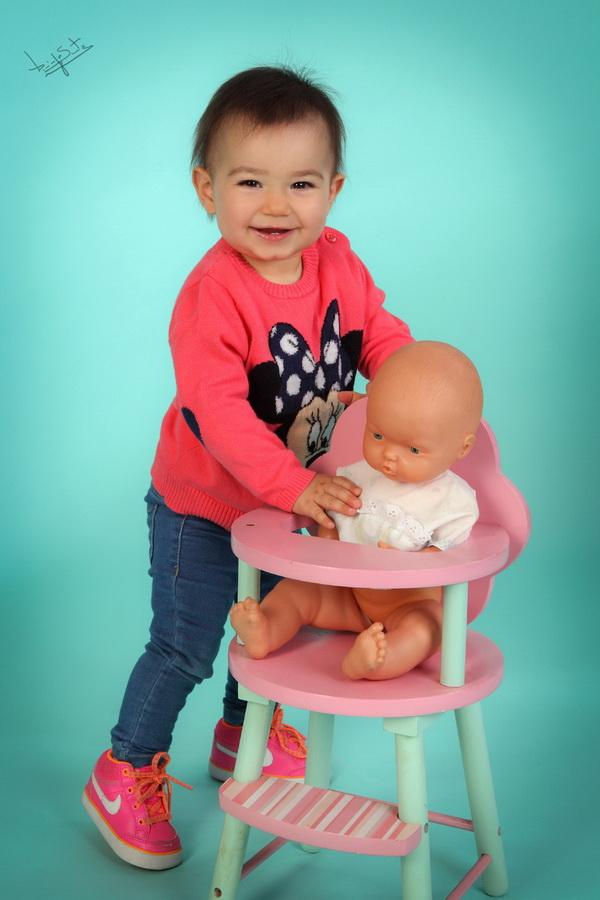 fotografia de estúdio menina com boneca