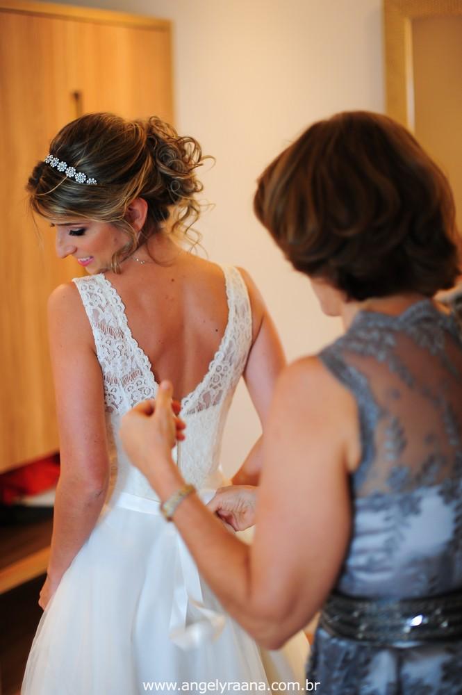 fotografia do making off do vestido da noiva da noiva para o casamento folk de dia no sítio em Niterói - RJ