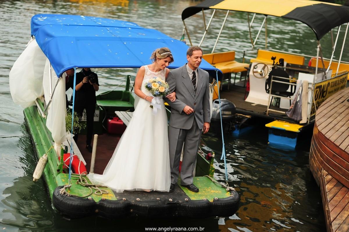 fotografia do casamento de dia para o casamento folk no fim da tarde na Ilha da Gigoia na Barra da Tijuca RJ com noiva chegando de barco