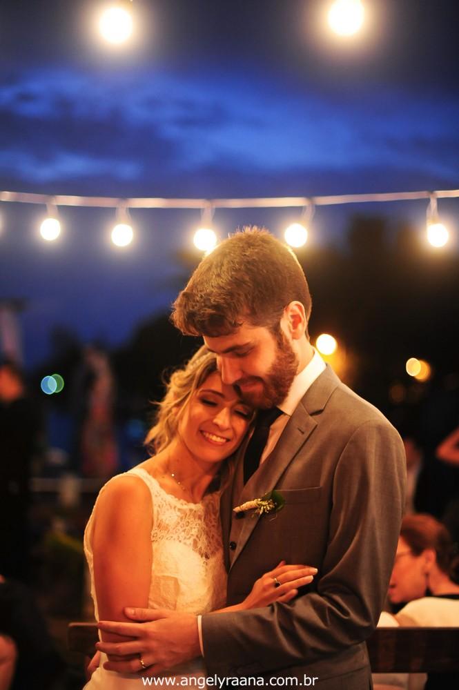 fotografia do casamento de dia para o casamento diy no fim da tarde na Ilha da Gigoia na Barra da Tijuca RJ com fotojornalismo de casamento com gambiarra