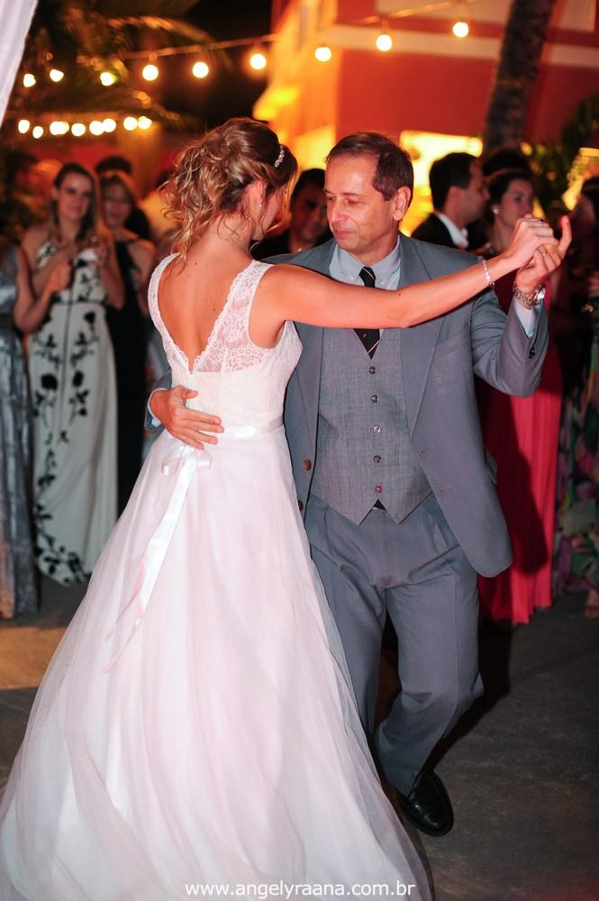 fotografia do casamento de dia para o casamento diy no fim da tarde na Ilha da Gigoia na Barra da Tijuca RJ com fotojornalismo de casamento na pista de dança com o pai