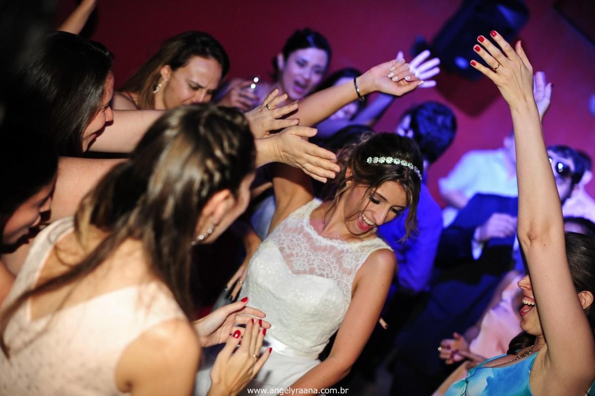 fotografia do casamento de dia para o casamento diy no fim da tarde na Ilha da Gigoia na Barra da Tijuca RJ com fotojornalismo de casamento na pista de dança