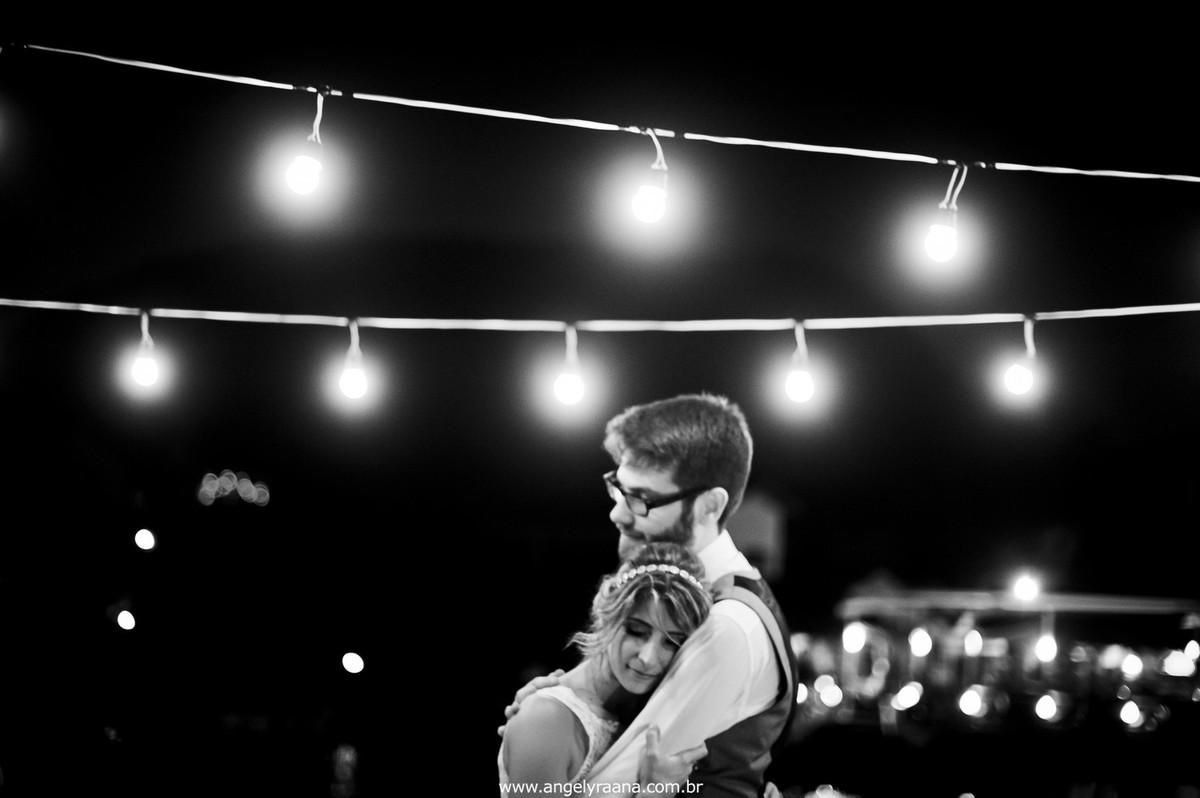 fotografia do casamento de dia para o casamento diy no fim da tarde na Ilha da Gigoia na Barra da Tijuca RJ com fotojornalismo de casamento à beira mar com gambiarra