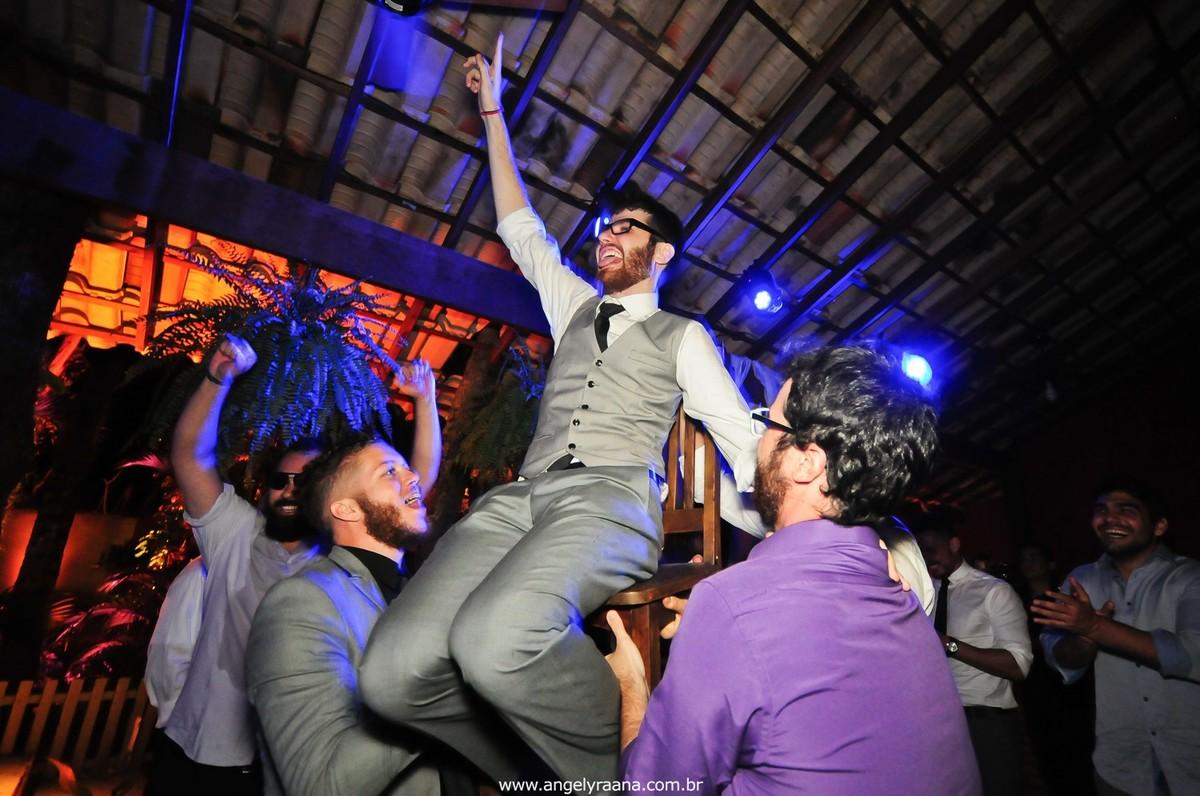 fotografia do casamento de dia para o casamento diy no fim da tarde na Ilha da Gigoia na Barra da Tijuca RJ com fotojornalismo de casamento à beira mar