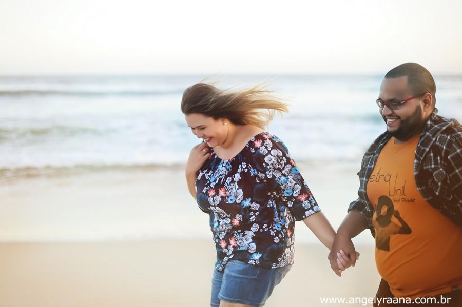 pre wedding realizado ao entardecer em Maricá correndo na areia