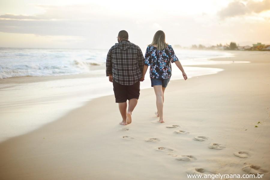 pre wedding realizado ao entardecer em Maricá caminhando na areia
