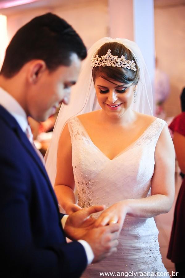 troca de alianças na cerimônia de casamento realizado no espaço de festa 1001 em São Gonçalo