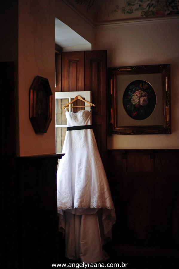 fotografia de vestido de noiva no making off produzido na casa de festas Villa Cabral no Alto da Boa Vista que aconteceu no fim da tarde