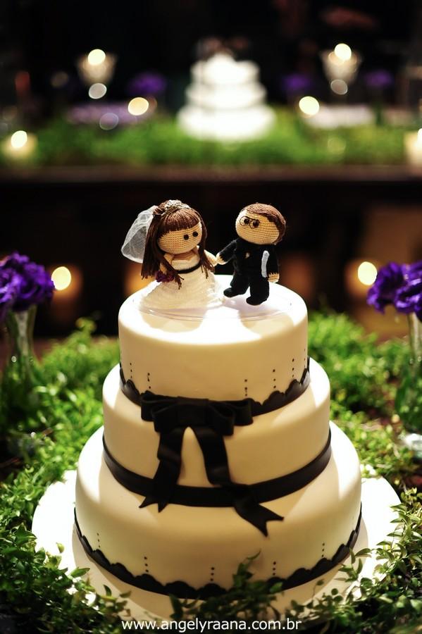 fotografia  estilo natural fotojornalismo dos noivos na festa no topo do bolo com detalhes pretos  produzido na casa de festas Villa Cabral no Alto da Boa Vista que aconteceu no fim da tarde