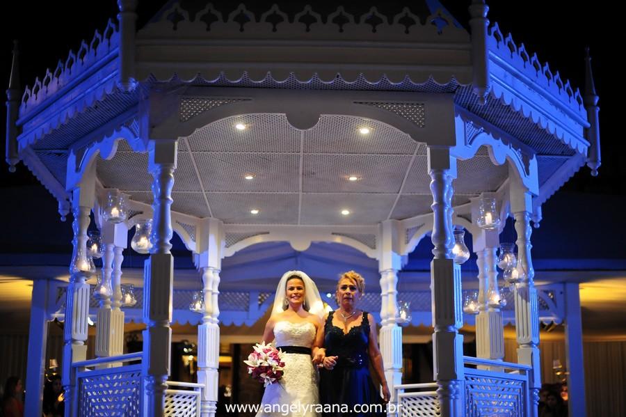 fotografia num estilo natural fotojornalismo da entrada da noiva com sua mãe na casa de festas Villa Cabral no Alto da Boa Vista que aconteceu no fim da tarde