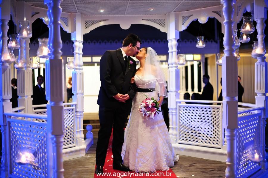 fotografia num estilo natural fotojornalismo da cerimônia no momento do beijo produzido na casa de festas Villa Cabral no Alto da Boa Vista que aconteceu no fim da tarde