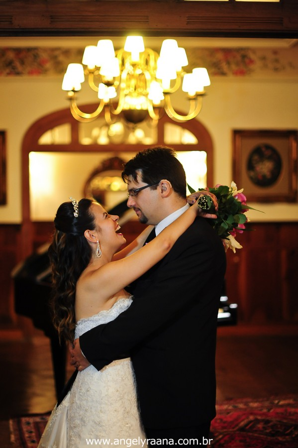 fotografia  estilo natural fotojornalismo dos noivos abrindo a pista de dança na festa  produzido na casa de festas Villa Cabral no Alto da Boa Vista que aconteceu no fim da tarde