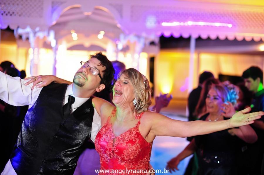 fotografia  estilo natural fotojornalismo dos noivos na pista de dança na festa  produzido na casa de festas Villa Cabral no Alto da Boa Vista que aconteceu no fim da tarde