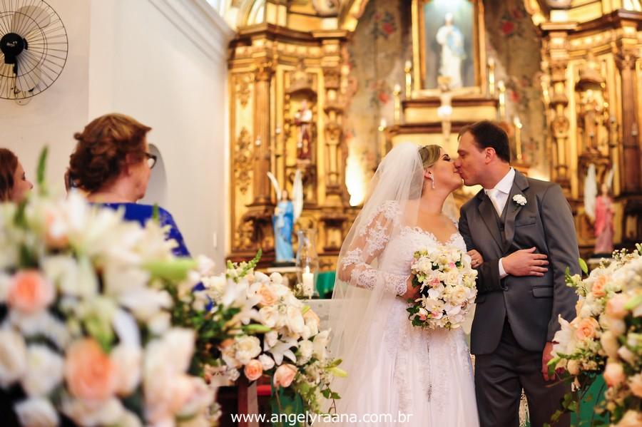 Cerimônia de casamento realizada na Capela Imperial Imaculada Conceição – Ilha do Governador, com estilo fotojornalismo no momento do beijo