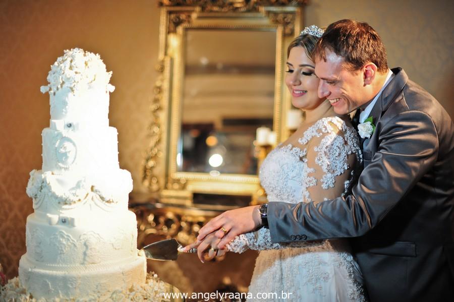 fotografias espontaneas de de noivos no bolo da casa de festas greenhouse buffet