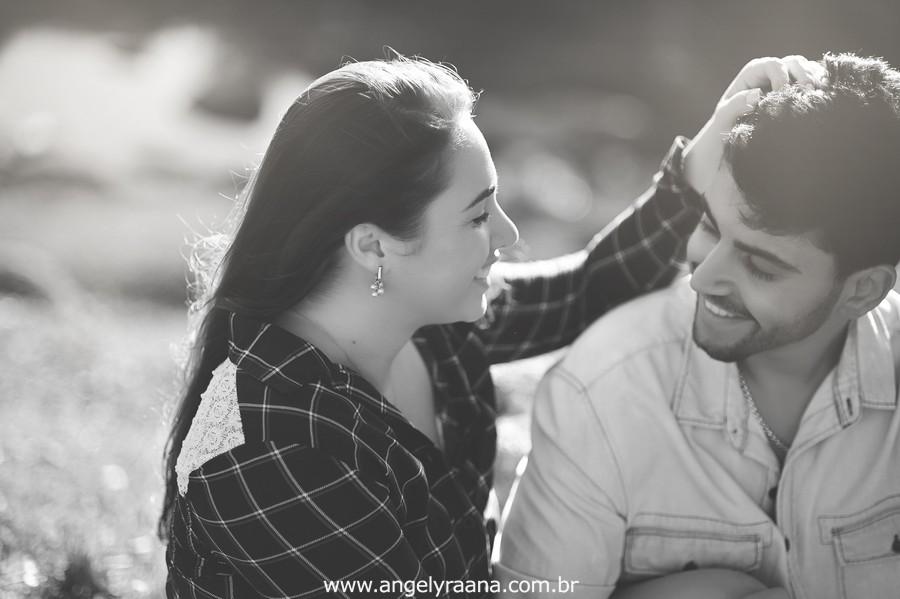 Fotografia de casal e ensaio de noivos e pre wedding no estilo folk rustico no fim da tarde em Maricá - Rj no estilo fotojornalismo com fotos naturais
