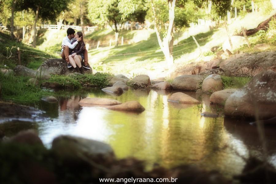 Fotografia de casal e ensaio de noivos e pre wedding no estilo folk rustico no fim da tarde em Maricá - Rj no estilo fotojornalismo com fotos naturais na cachoeira