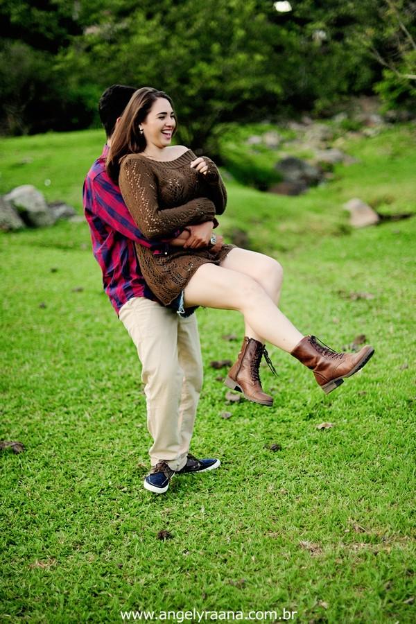Fotografia de casal e ensaio de noivos e pre wedding no estilo folk rustico no fim da tarde em Maricá - Rj no estilo fotojornalismo com fotos naturais na montanha