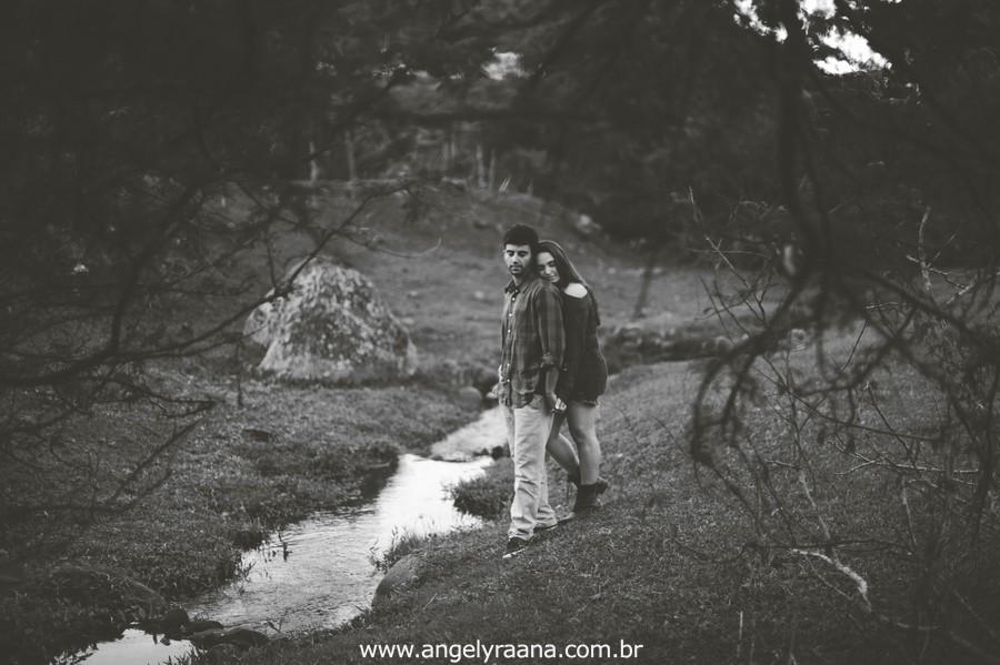 Fotografia de casal e ensaio de noivos e pre wedding no estilo folk rustico no fim da tarde em Maricá - Rj no estilo fotojornalismo com fotos naturais no lago