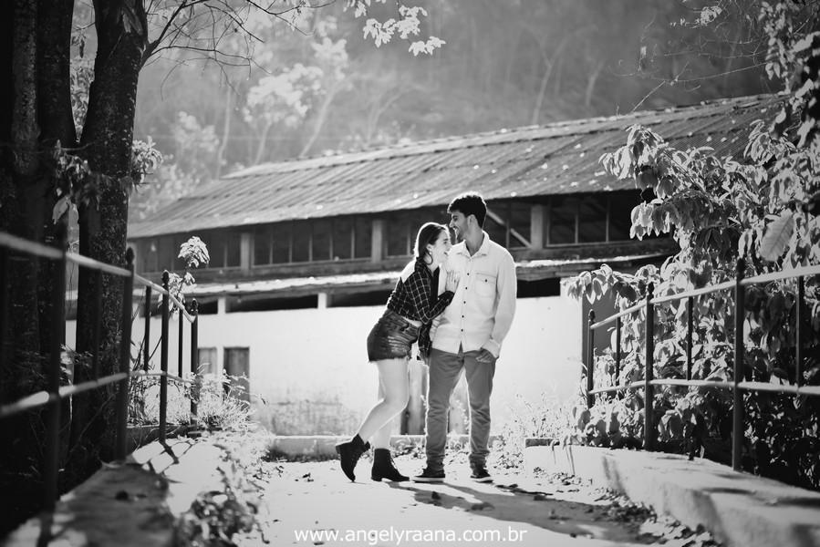 Fotografia de casal e ensaio de noivos e pre wedding no estilo folk rustico no fim da tarde em Maricá - Rj no estilo fotojornalismo
