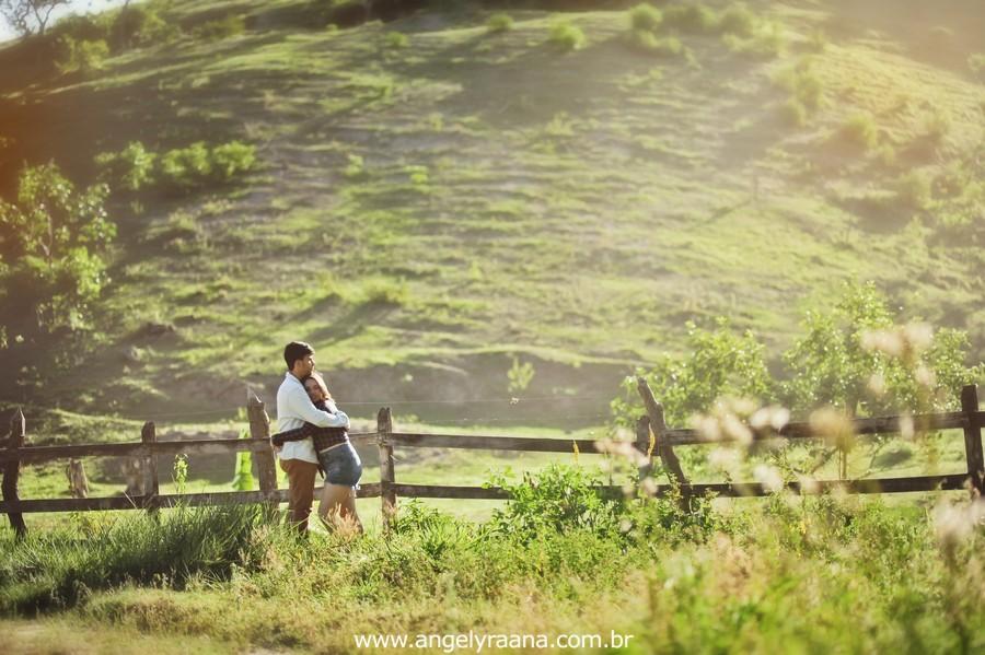 Fotografia de casal e ensaio de noivos e pre wedding no estilo folk rustico no fim da tarde em Maricá - Rj no estilo fotojornalismo com fotos naturais no campo