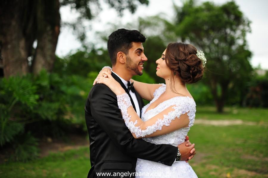 first look dos noivos no jardins do chalé em são gonçalo do casamento estilo diy folk de dia da vivan e thiago