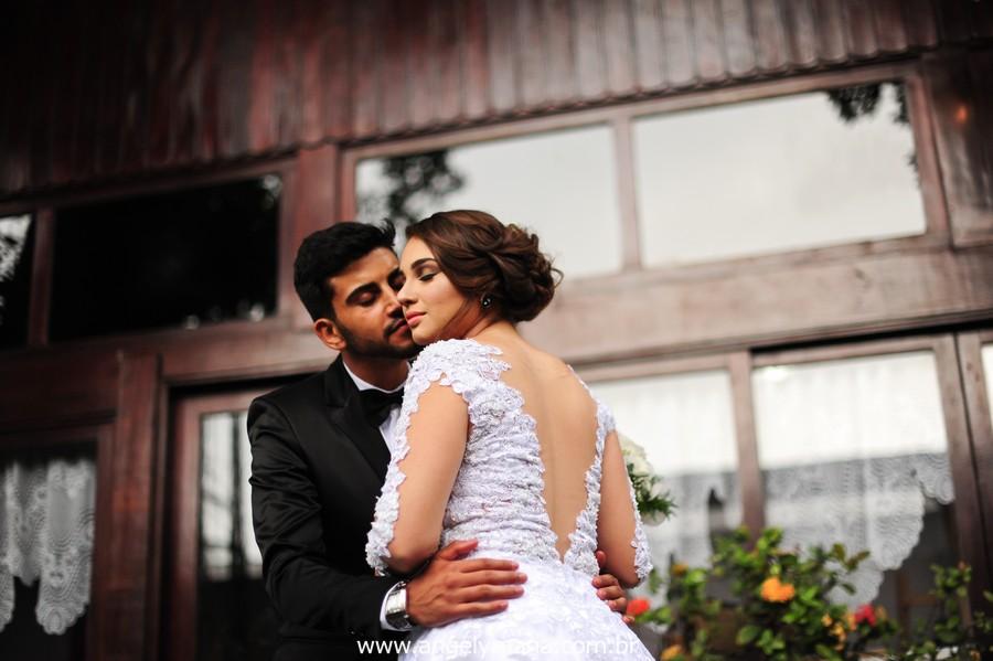 pose de noivos de casamento no jardins do chalé em são gonçalo do casamento estilo diy folk de dia da vivan e thiago