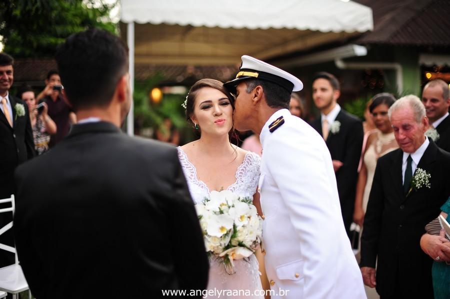 cerimônia de casamento e entrada da noiva no jardins do chalé em são gonçalo do casamento estilo diy folk de dia da vivan e thiago
