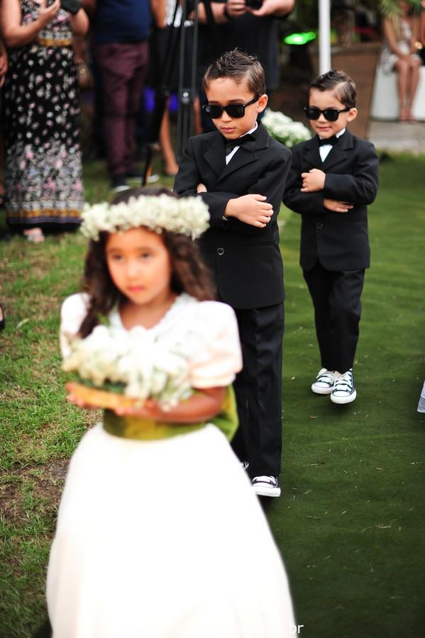 cerimônia de casamento entrada das alianças no jardins do chalé em são gonçalo do casamento estilo diy folk de dia da vivan e thiago