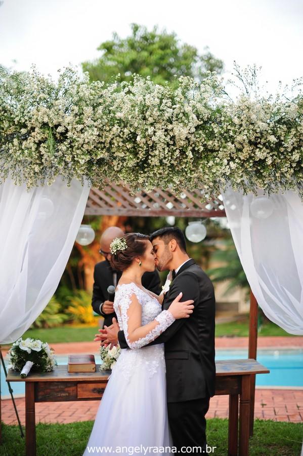 cerimônia de casamento e beijo no jardins do chalé em são gonçalo do casamento estilo diy folk de dia da vivan e thiago