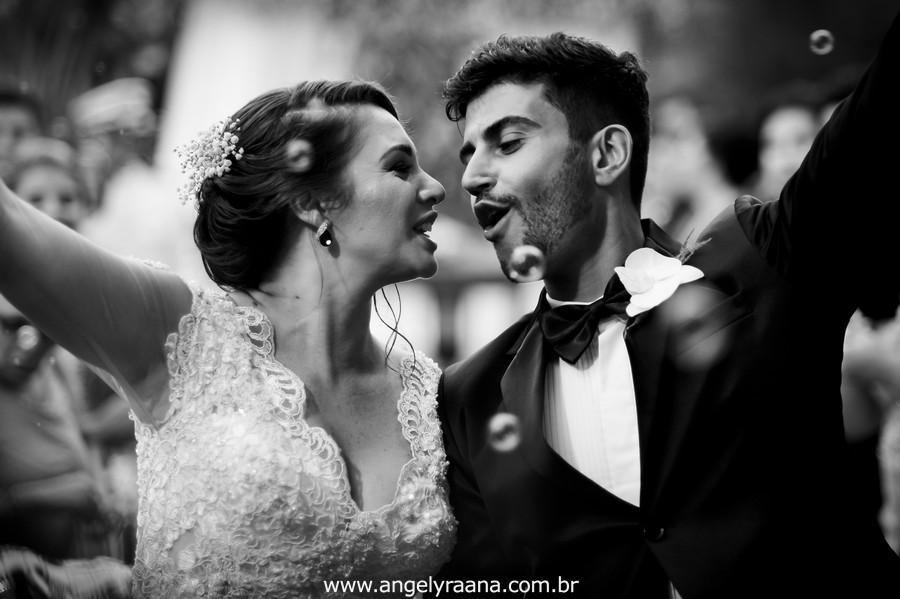 cerimônia de casamento e votos no jardins do chalé em são gonçalo do casamento estilo diy folk de dia da vivan e thiago saida dos noivos com bolha de sabão