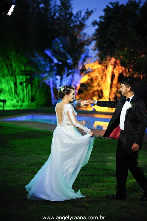 cerimônia de casamento e votos no jardins do chalé em são gonçalo do casamento estilo diy folk de dia da vivan e thiago e noivos dançando