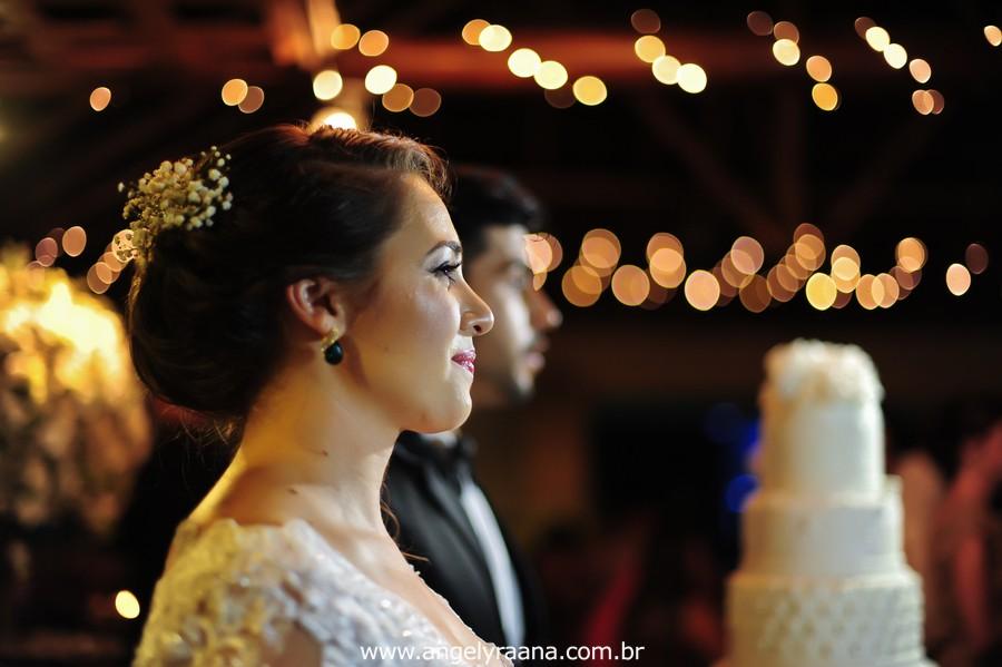cerimônia de casamento e corte do bolo no jardins do chalé em são gonçalo do casamento estilo diy folk de dia da vivan e thiago