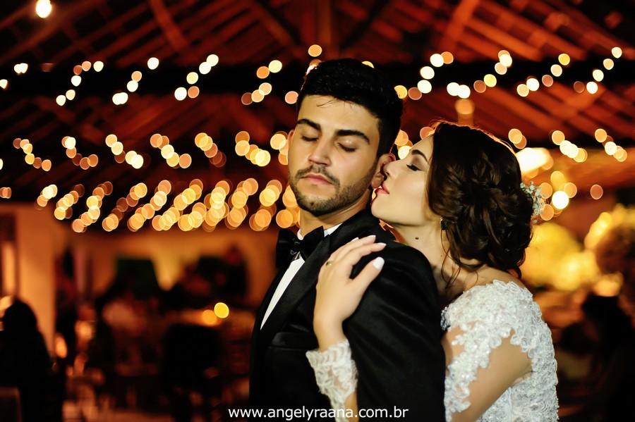 cerimônia de casamento e noivos dançando no jardins do chalé em são gonçalo do casamento estilo diy folk de dia da vivan e thiago