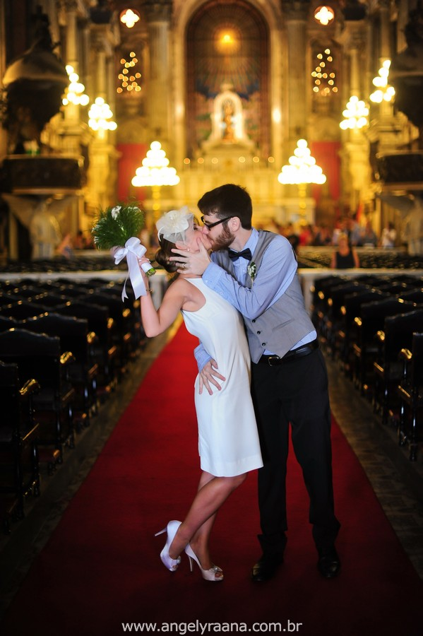fotografia de casamento de dia na candelária com vestido de noiva simlpes chique - RJ