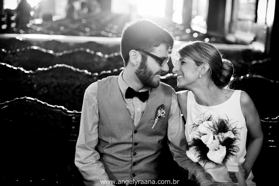 fotografia de casamento de dia na candelária de fotojornalismo de casamento com vestido de noiva simples chique - RJ