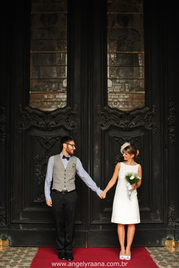 fotografia de casamento de dia na candelária na porta da igreja de fotojornalismo de casamento com vestido de noiva simples chique - RJ