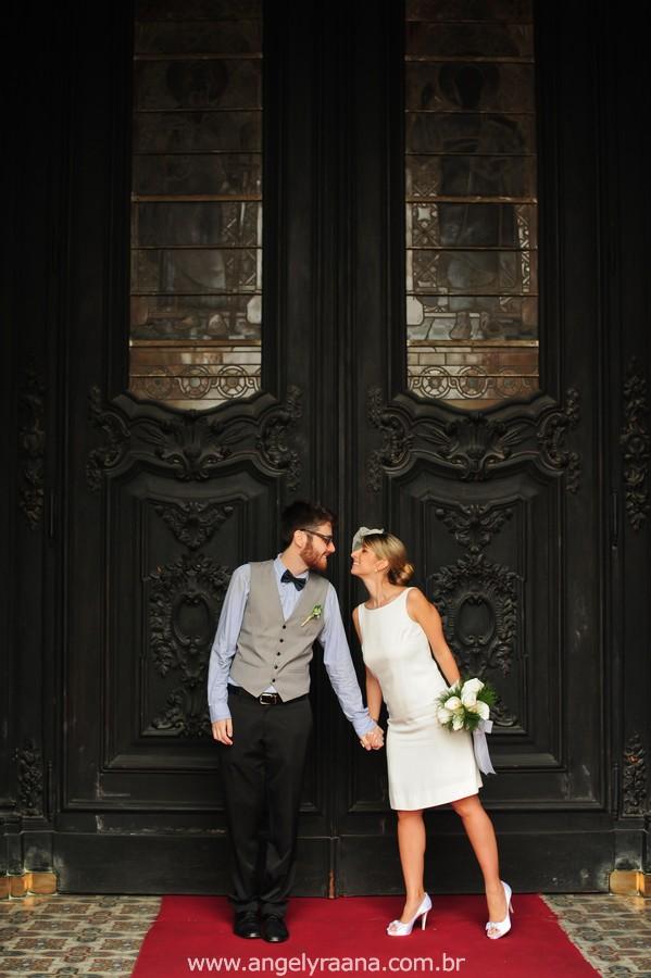 fotografia de casamento de dia na candelária de fotojornalismo de casamento com vestido de noiva simples chique - RJ na porta da igreja