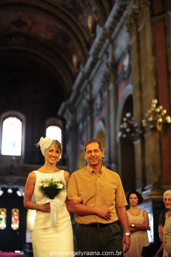 fotografia de casamento de dia na candelária com vestido de noiva simlpes chique de voilete aboboda da igreja - RJ
