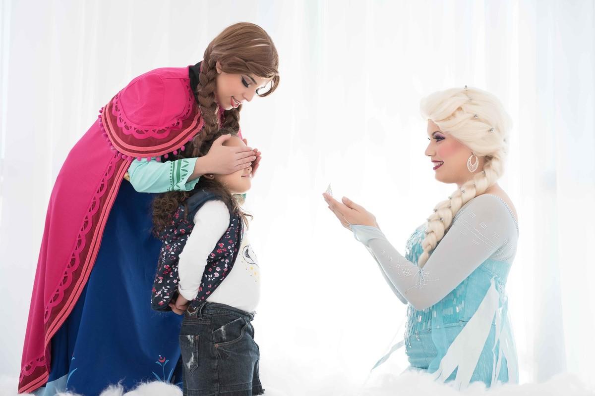 Ensaio fotográfico princesas - surpresa - elsa e ana - Estúdio - neve - nuvem