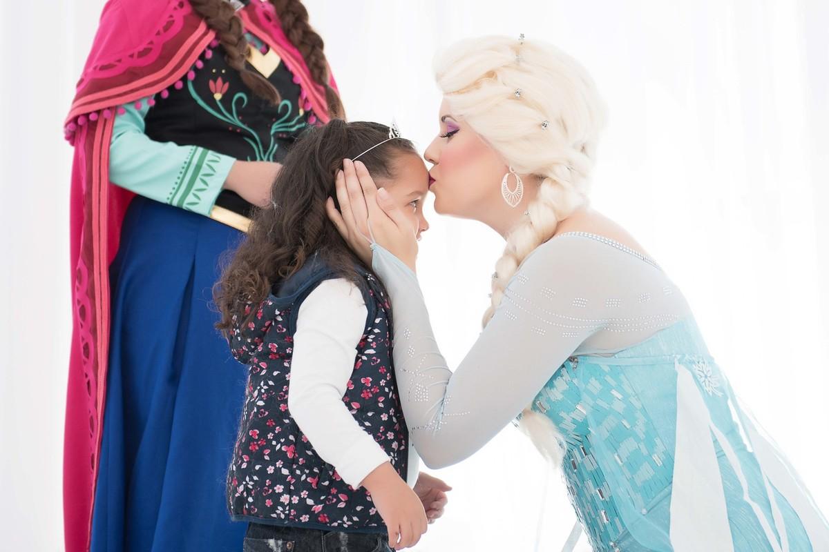 Ensaio fotográfico princesas - elsa e ana - Estúdio - neve - nuvem - beijo
