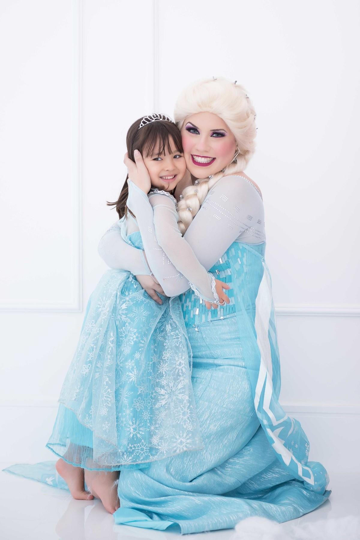 Ensaio fotográfico princesas - elsa e ana - Estúdio - neve - nuvem - abraço