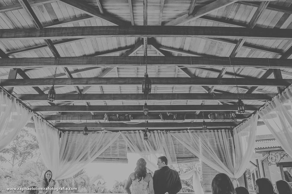 vista de tras com o noivo olhando para a noiva