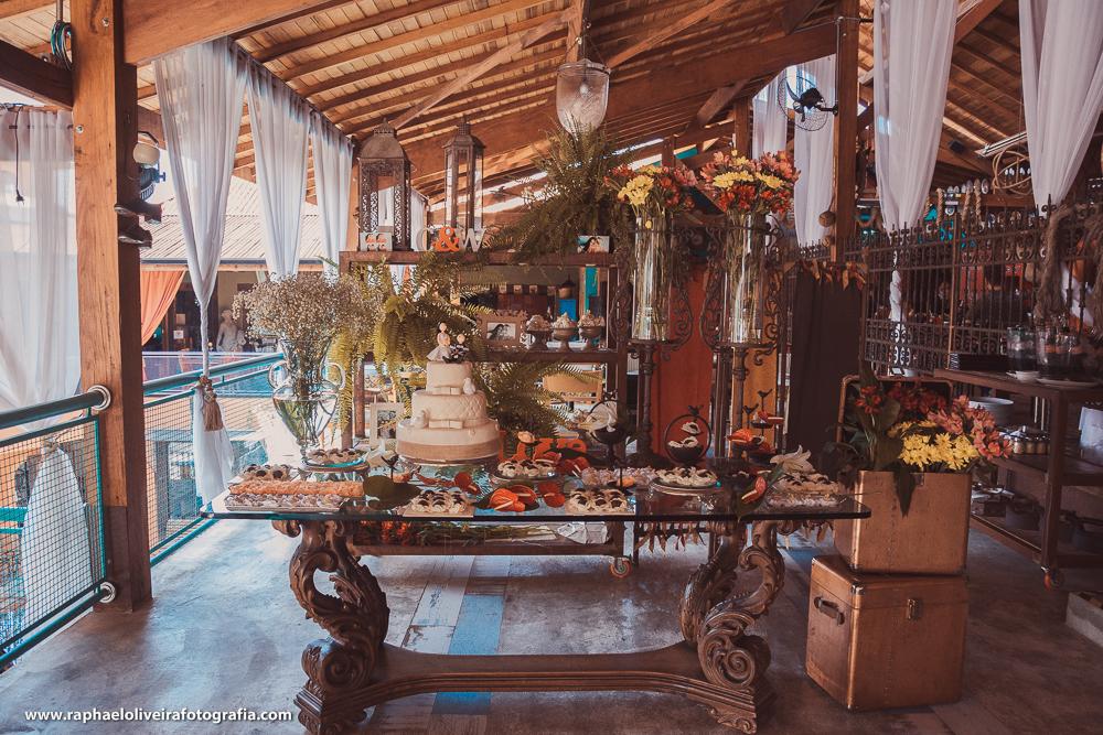 mesa do bolo com decoração e doces