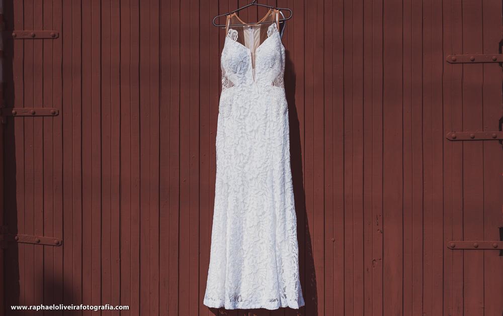 Vestido da noiva pendurado no portão